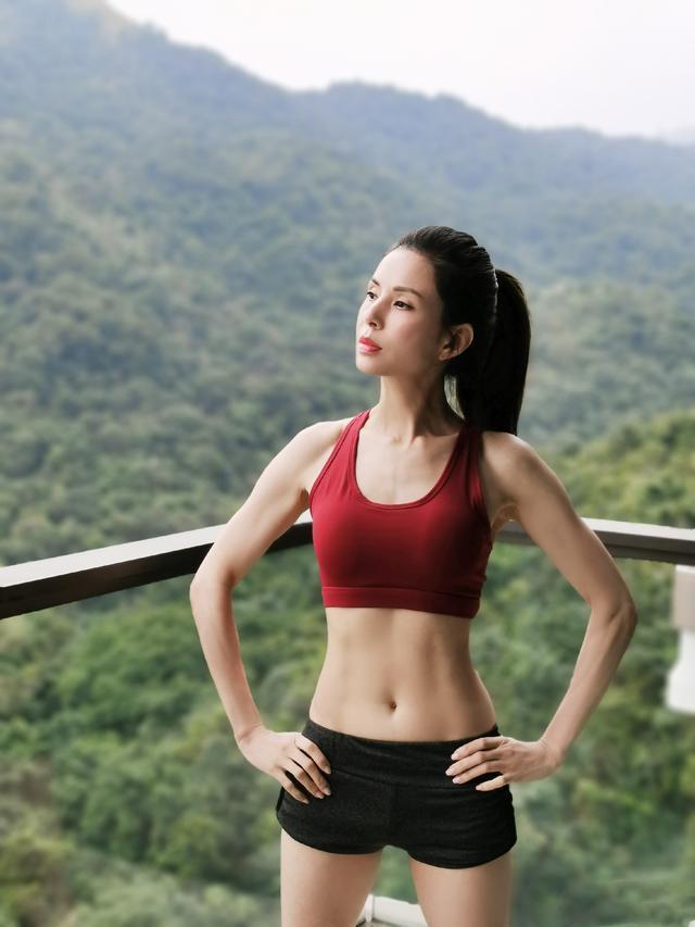 李若彤曬健身照,全身肌肉線條緊實,46歲的她活出20歲狀態!