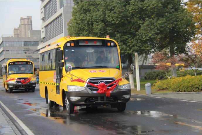 安凯校车批量交付黑山县,高品质护航学童安全出行 汽车殿堂