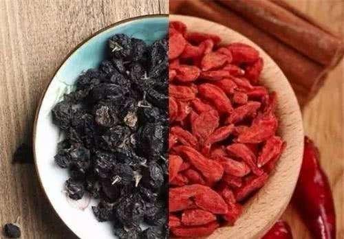 很多人知道红枸杞,黑枸杞却很少有人知道,它们营养区别在哪里?