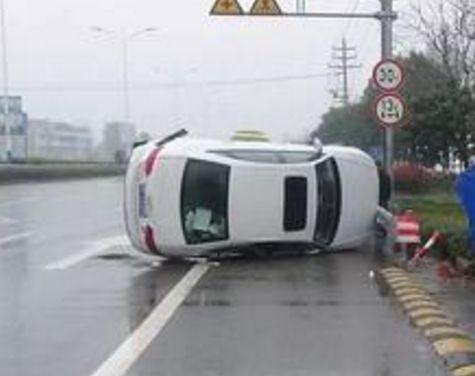 惊险!常德市洞庭大道一小车错把油门当刹车,当场翻在路中央