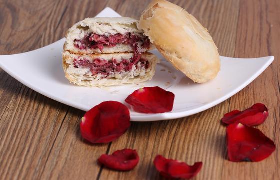 这也是云南鲜花饼的特产,一盒鲜花饼,用来招待客人是最好不过的,