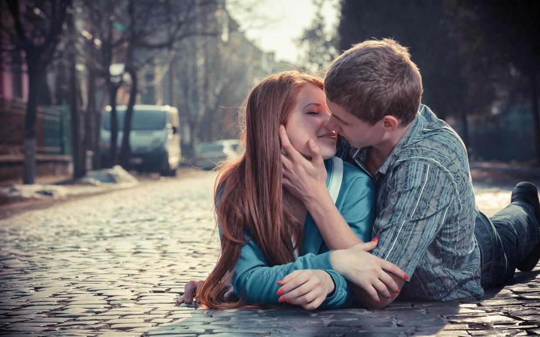 男人接吻手一直往下