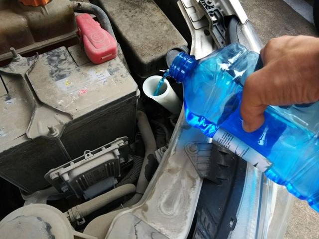 添加汽车玻璃水