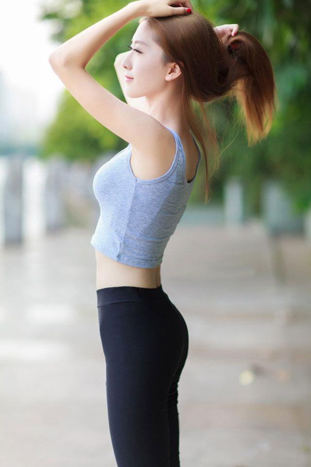 组图 阳光美女性感照 黑色紧身裤勾勒性感身材图片