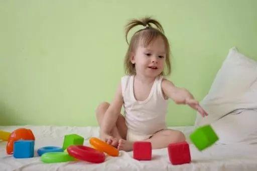 """宝宝总""""乱扔东西""""?别急着阻止,换个做法反而能让孩子更""""聪明"""":"""