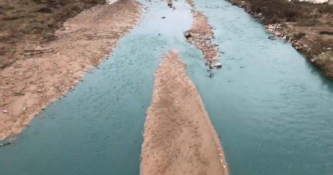 甘肃一河水因作坊排污变墨绿色续