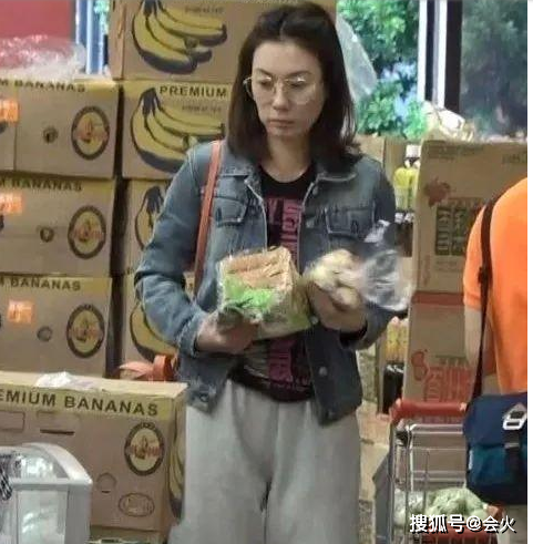 """张可颐素颜逛超市,穿着随意,独自一人提大袋东西神情显""""落寞"""" 作者: 来源:会火"""