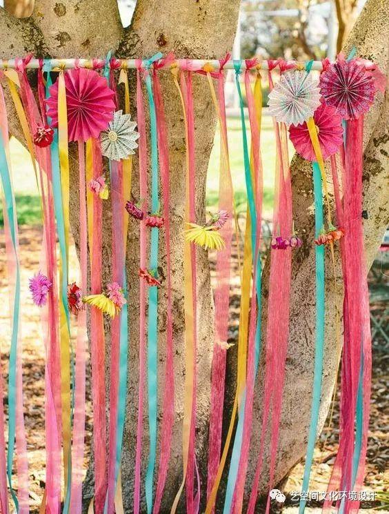 """艺术装置   可以根据大树的形状和大小,发挥想象力和创意,给大树制定一套专属的衣服,结合当下流行元素""""流苏"""",自制毛线球,编织捕梦网,漂亮的红灯笼..   一个充满   温暖的   创意启发"""