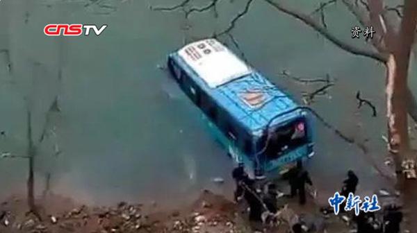 陜西寧強致2死公交墜江案原因查明:司機單手控制方向盤