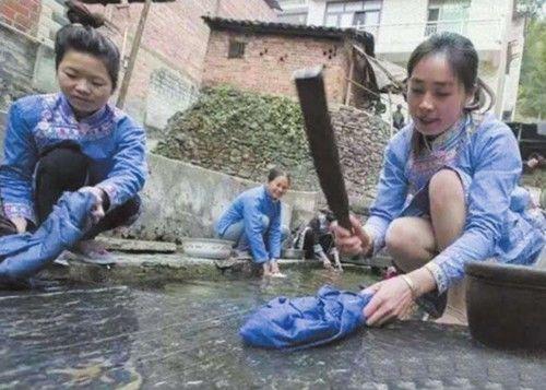 女子河边洗衣服,不慎发现文物,网友 内衣的功劳