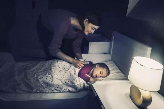 晚上关灯宝宝就哭,为了不影响休息,我们分房睡|