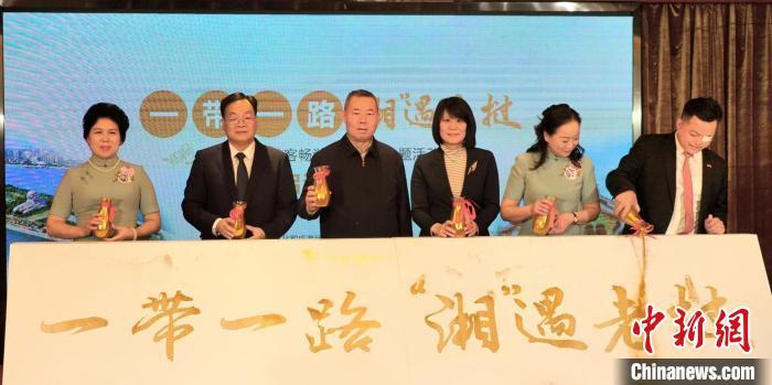 湖南万名游客畅游老挝系列主题活动启动 湘妹子将上演旗袍秀