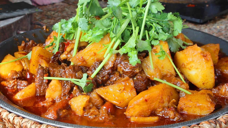色泽红润_大厨教你土豆烧牛肉家常做法,色泽红润,牛肉土豆都入味,看