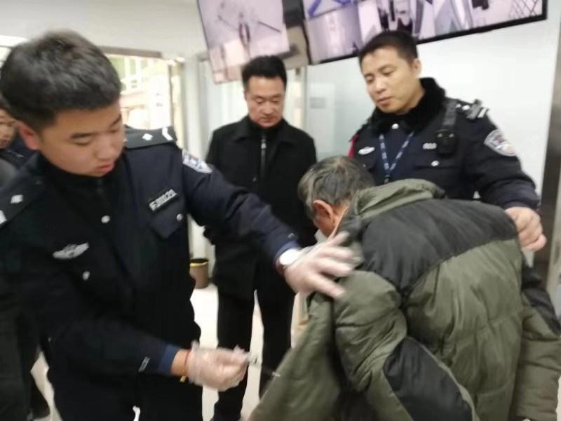 """一男子冒充務工人員專找""""老鄉""""騙錢被行拘_北京站"""