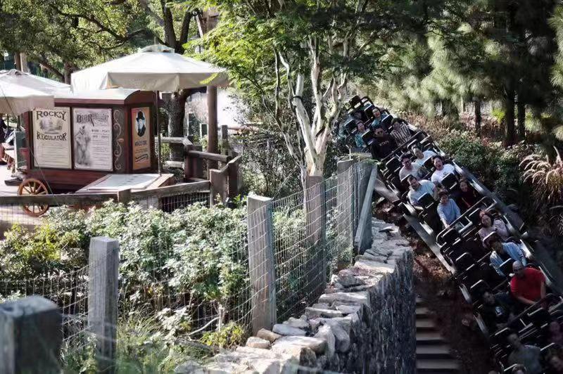 記者探訪香港迪士尼:當日游客不足3千,員工盼恢復繁榮