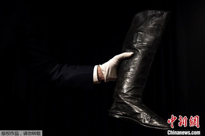 拿破侖靴子以11.7萬歐元拍出 系其遭流放時所穿