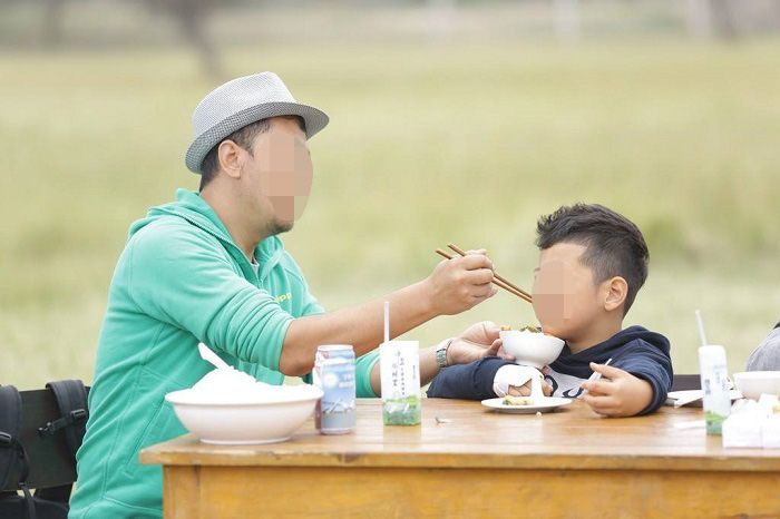 [为啥孩子在幼儿园自己吃饭,回家却要家长喂?老师说的原因很真实]