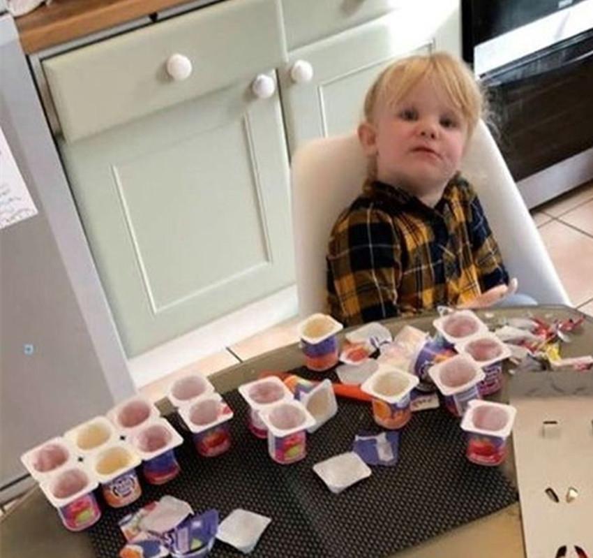 三歲女童趁爸爸不在家,偷喝18罐酸奶,網友:有實力的吃貨寶寶!