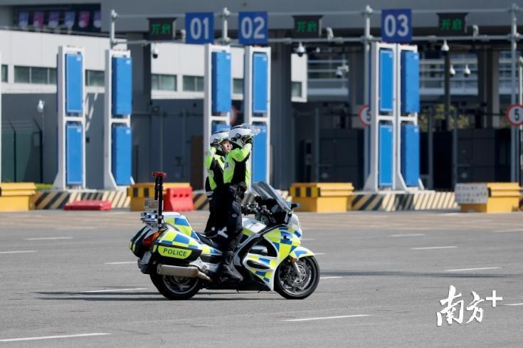 珠海出动千余警力,在港珠澳大桥口岸开展反恐应急处突演练
