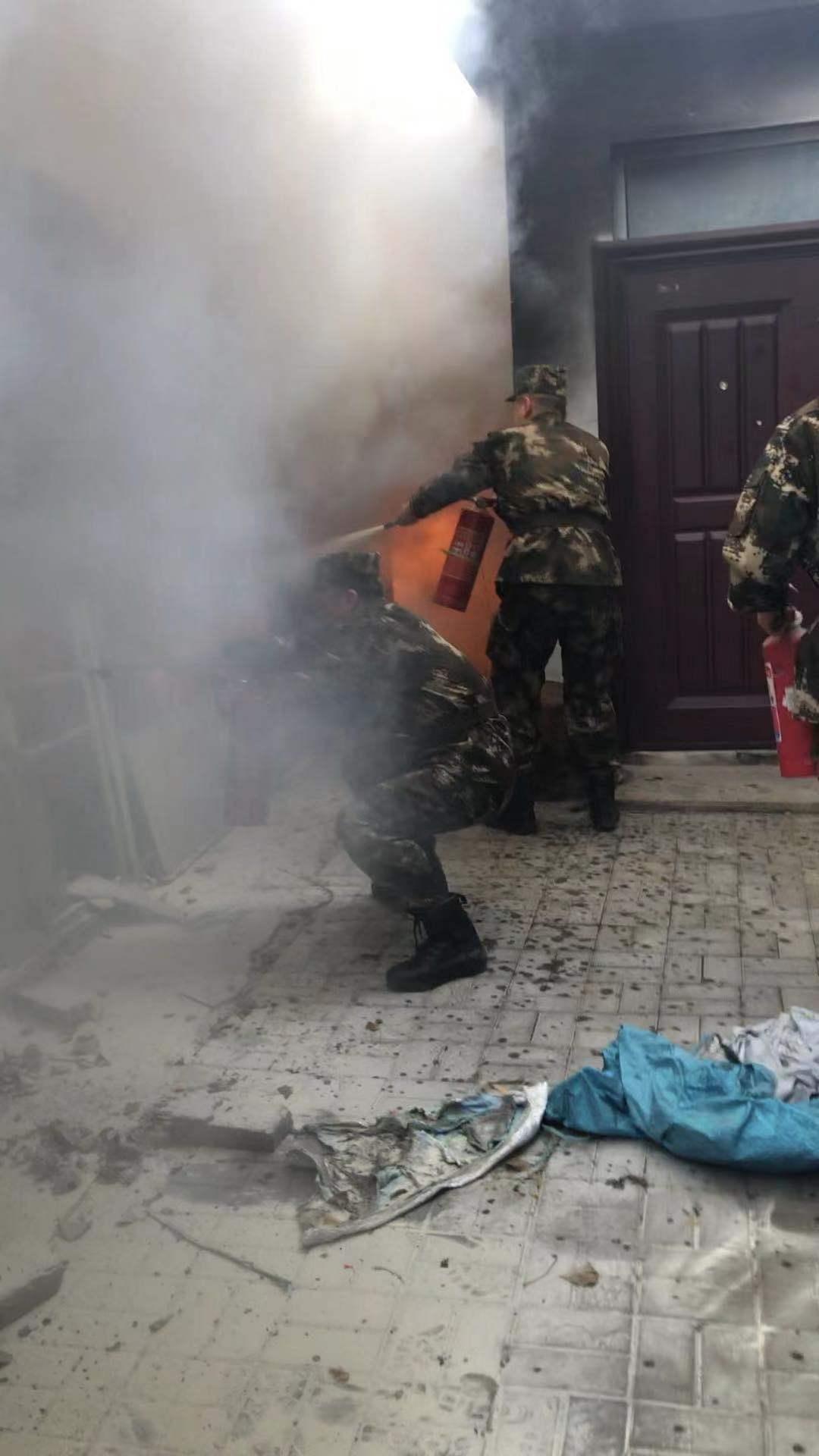 北京朝陽一居民樓旁車棚起火,一居民被困獲救_救援