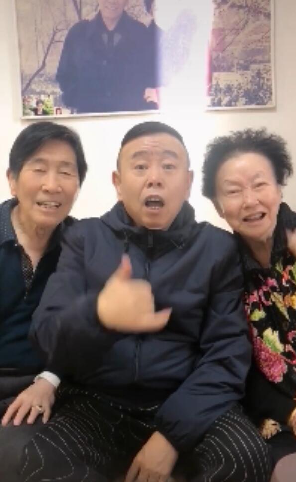 """[62岁潘长江与父母过感恩节,三个""""顽童""""欢乐多,被调侃像同龄人]"""