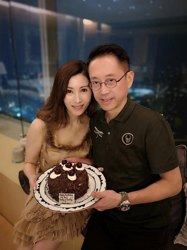原创             李嘉欣牵着老公出席活动,面露微笑十分甜蜜,但一双手暴露年龄!