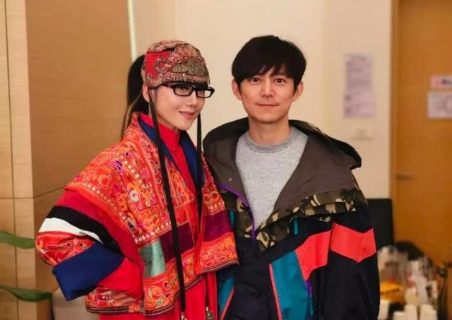 杨丽萍与何炅同框合照,60岁的她皮肤嫩如小女生,穿搭依旧另类!