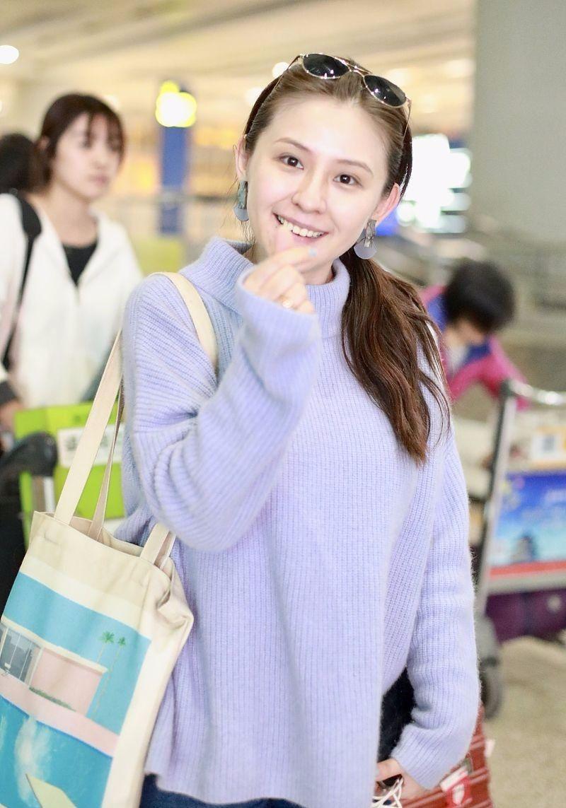 热依扎素颜现身,身穿紫色毛衣清新自然,不秀身材更俏皮可爱!_感觉
