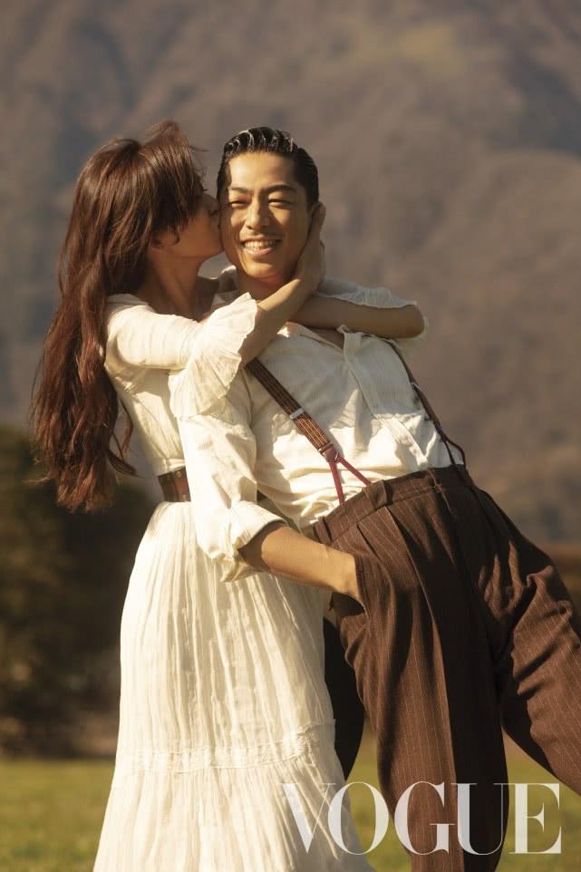 林志玲热情亲吻丈夫!两人受访首次透露恋爱细节及闪婚契机