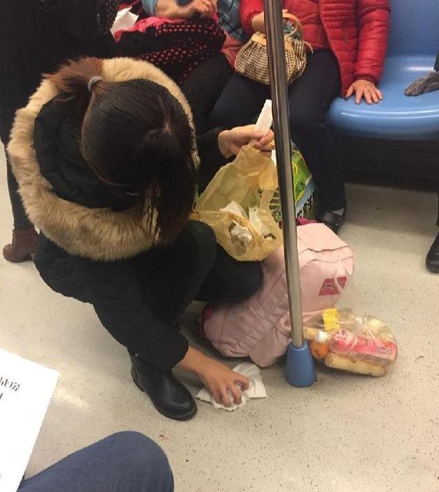 """地铁上,年轻妈妈被""""偷拍""""的照片火了,网友感叹:真美"""