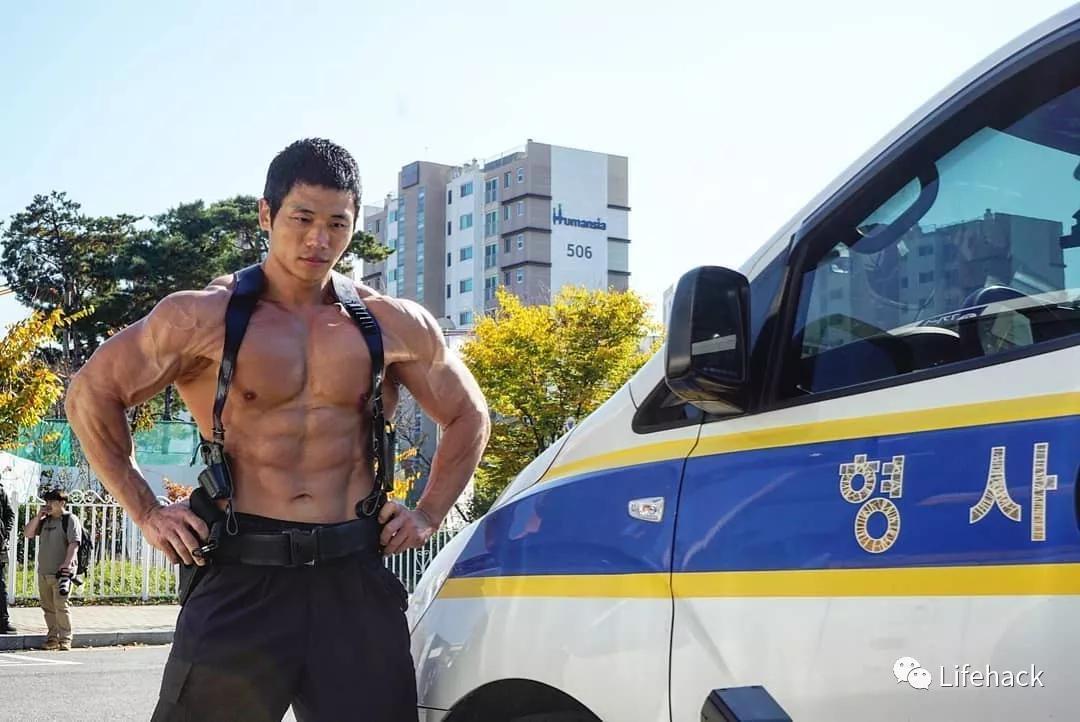 最牛的警察_他是韩国最牛肌肉警察,却被女儿俘虏了!