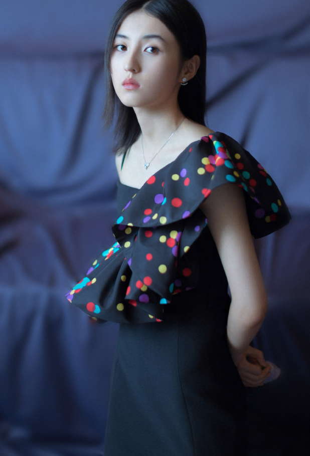 """张子枫是首个用礼裙配""""10块钱凉鞋"""",还不土的,气质神了!"""