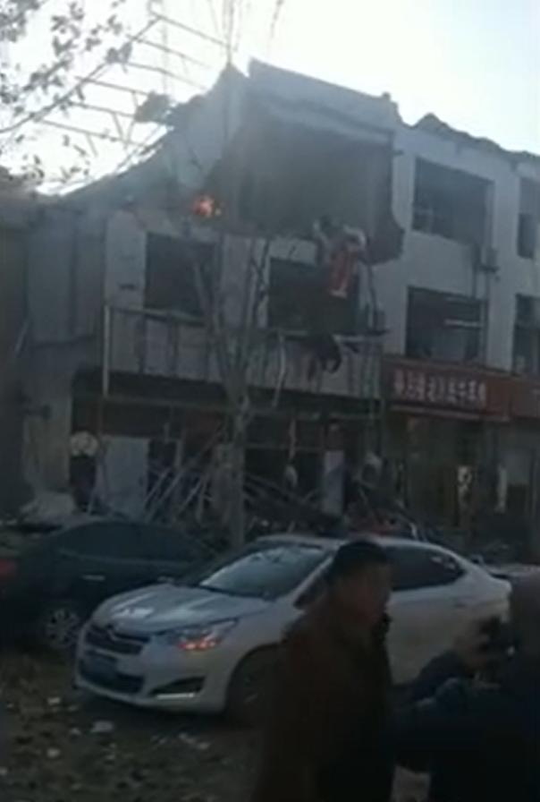 河北一商铺疑似液化气罐发生爆炸,2人受伤多家