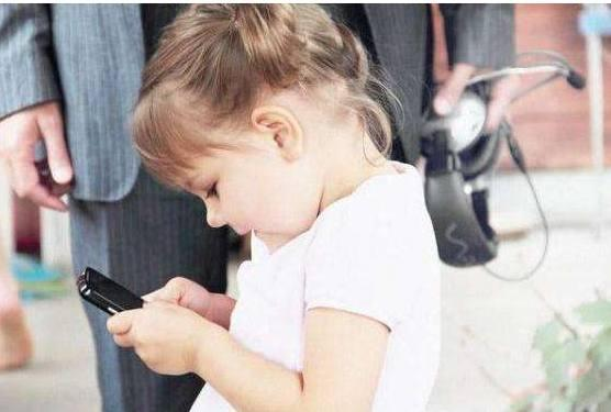 抱着宝宝玩手机,宝妈你知道后果吗?