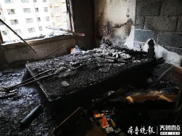 济南市天桥区一群租房内着火一人轻伤,现场一片狼藉
