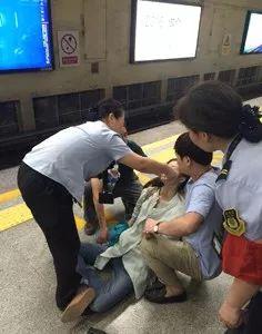 """因不吃早餐晕倒在地铁站,年轻人这样""""打拼""""行不稳走不远"""