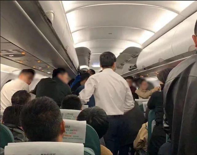 又有医生飞机上救人!徒手帮乘客清呕吐物,一句话让人感动