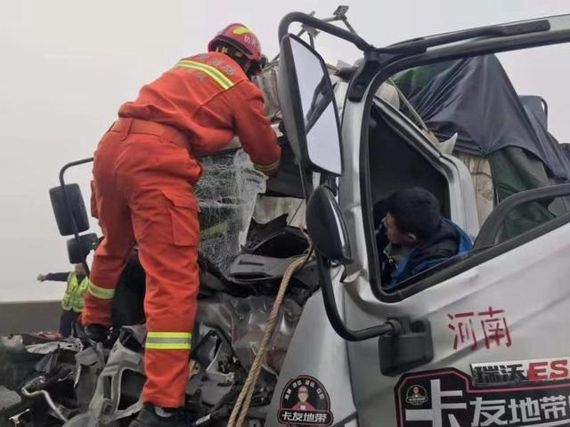 雾天连发两起车祸 消防员高速路上火速施救