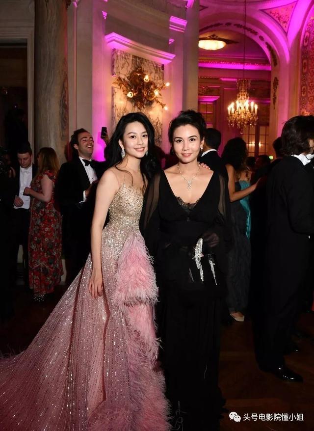 不仅是拼爹,李连杰19岁女儿,凭什么站巴黎名媛舞会合影C位?