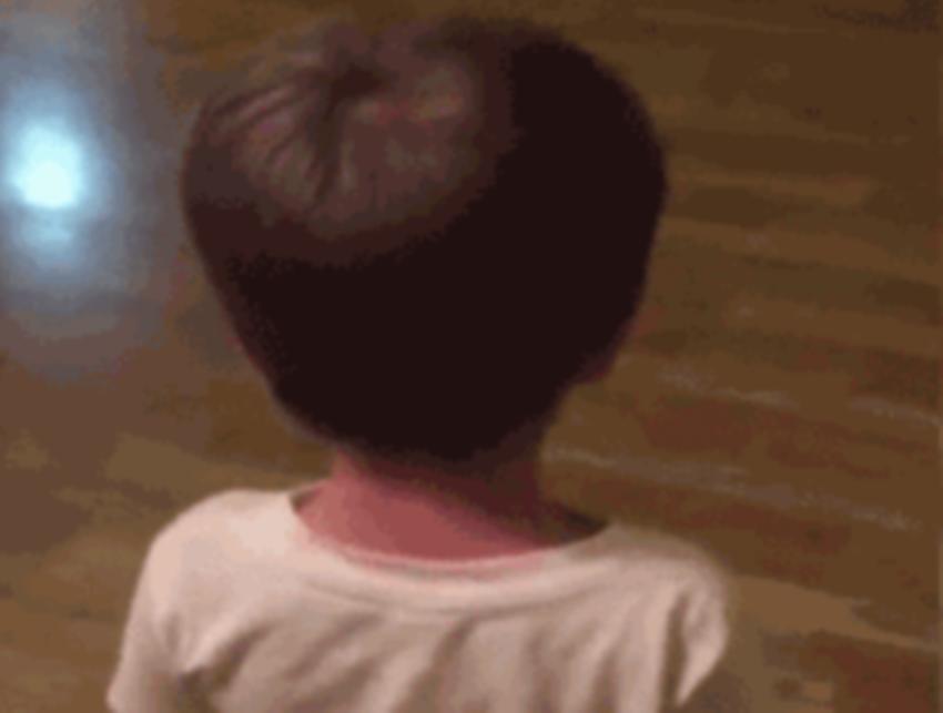 男童给自己剪头发走红,网友纷纷表示:回头的那一刹那我真的哭了