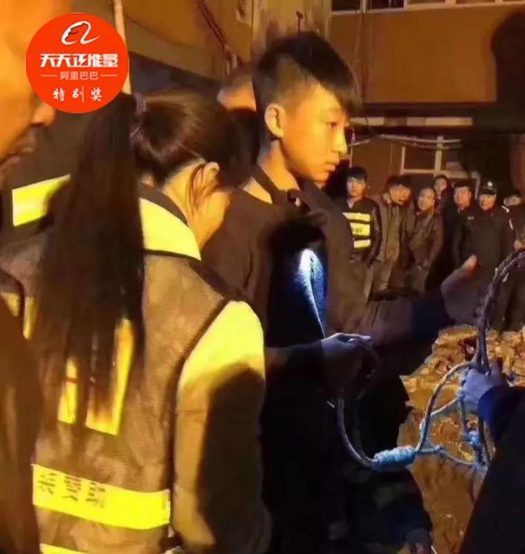 寒冬深夜,14歲男孩一次次倒掛深井救3歲女童……少年的你,真帥!_救援