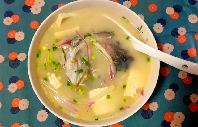 """炖鱼汤,直接下锅煮就错了!多加""""1步"""",鱼汤又白又鲜,还不腥"""