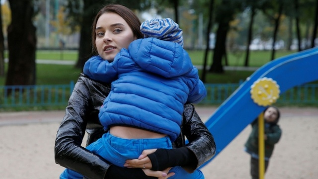 """乌克兰选美皇后被摘头衔,原因已婚已育,她状告主办方""""歧视"""""""
