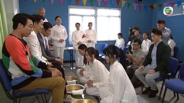TVB《爱回家》三大花旦为艺术牺牲 刁妇变贤妻下跪亲吻夫君脚掌