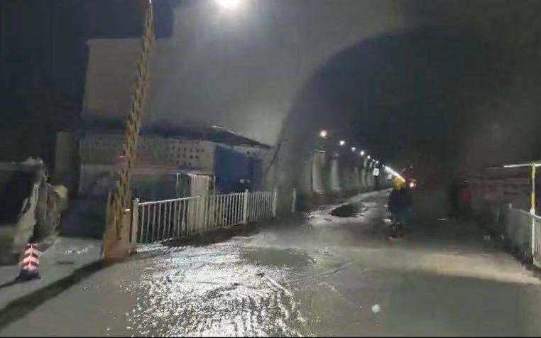 云南安石隧道突泥涌水12人遇難,百余噸臺車被推百余米