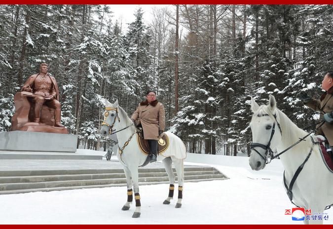 金正恩骑军马参观白头山地区革命战迹地,李雪主等陪同