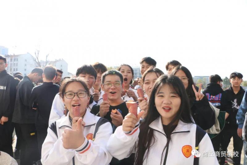 """河南一職校變身""""大型吃蜜薯現場"""":學生每人免費領20斤"""