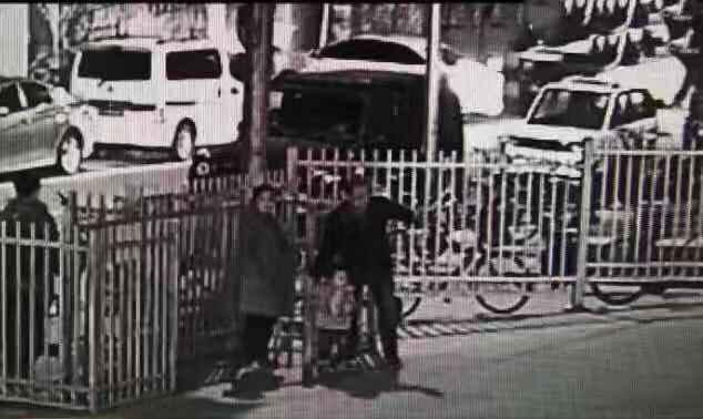 利用兩歲女兒做掩護當街偷車,一對夫妻被刑拘_李某