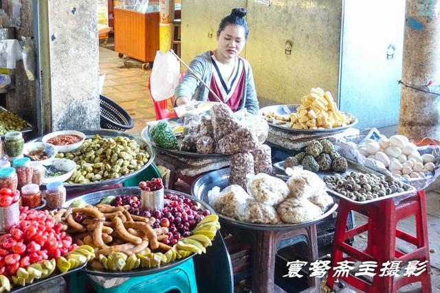 来到柬埔寨著名的吴哥窟观光旅行,欣赏名胜古迹之前先逛逛菜市场