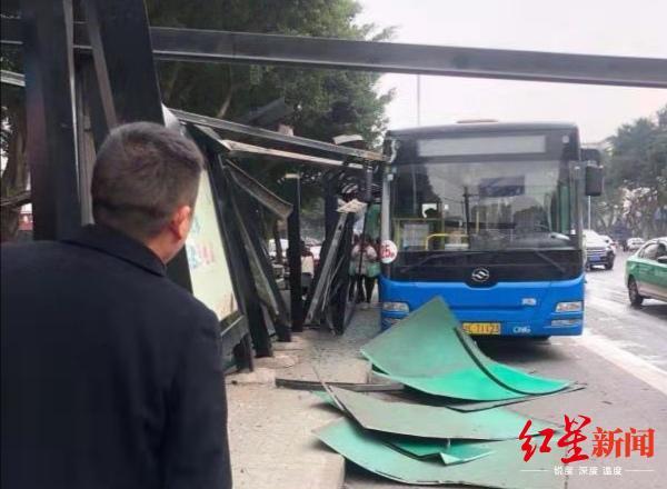 乐山一公交车撞上站台致部分垮塌,女子骑共享电动车路过受伤
